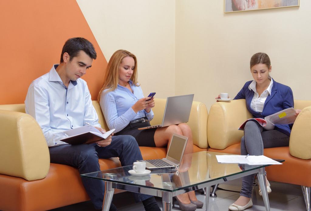 Офисные сотрудники в зоне ожидания