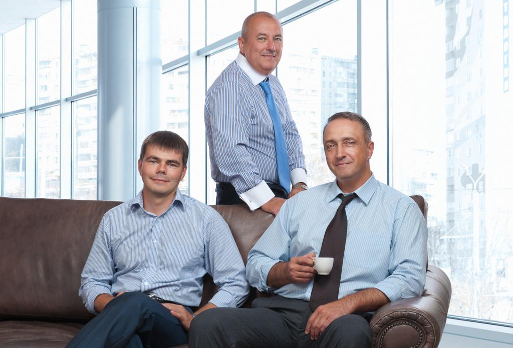 Деловой портрет группы мужчин