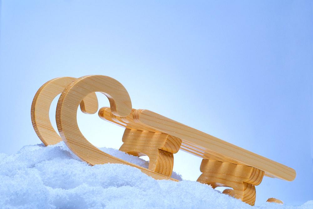 Зимнее настроение, деревянные санки в снегу