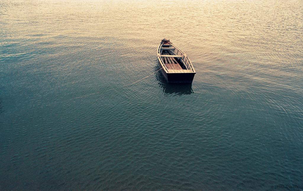 Одинокая лодка на привязи