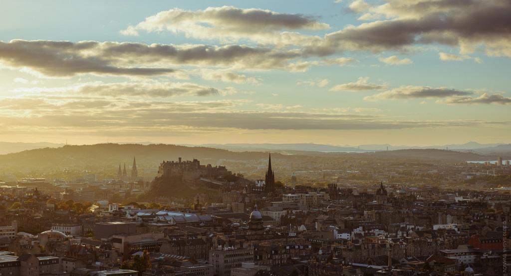 Панорама Эдинбурга на закате, вид с холмов