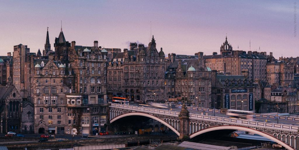 Закат раскрашивает серый камень Эдинбурга